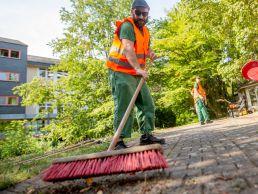 Das Grünteam pflegt die Außenanlagen
